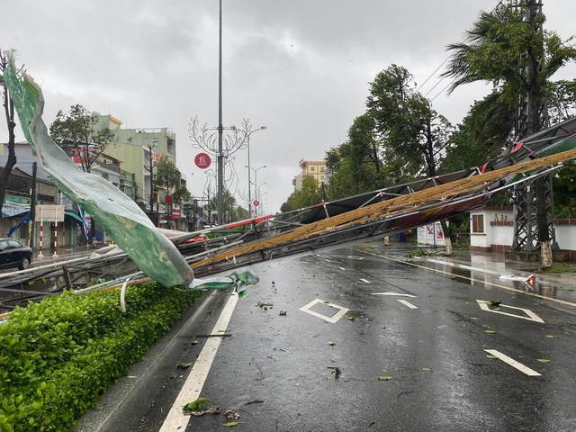 A welcome gate is knocked down by strong winds in Quang Ngai Province, Vietnam, October 28, 2020. Photo: Quang Dinh / Tuoi Tre