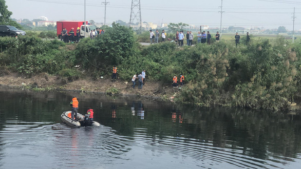 Police officers search in the Nhue River for the body of an 18-year-old girl, who was killed in a murder and robbery in Thuong Tin District, Hanoi in this photo taken on October 27, 2020. Photo: Ha Linh / Tuoi Tre