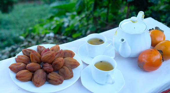 A plate of dried persimmon is served alongside tea. Photo: Mai Vinh / Tuoi Tre