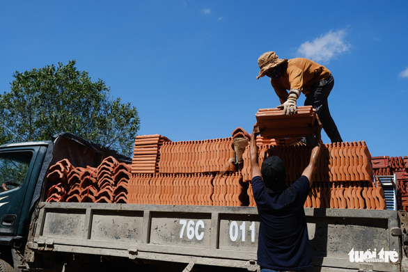 Tiles are unloaded from a truck after Storm Molave in Quang Ngai Province, October 29, 2020. Photo: Tan Luc / Tuoi Tre