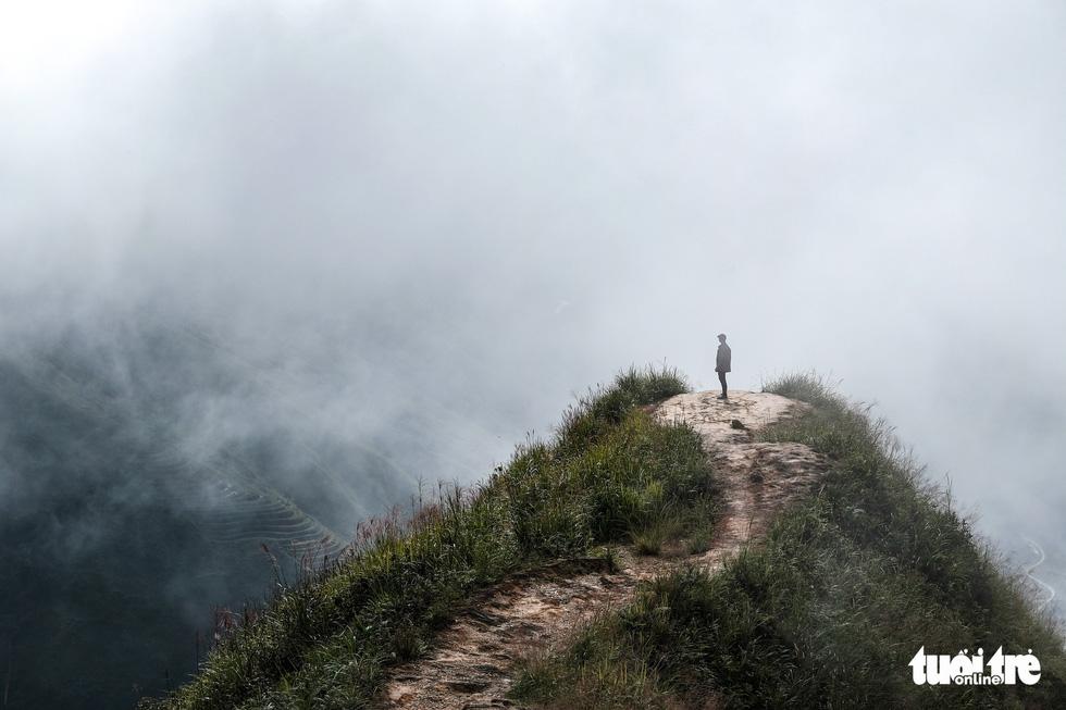 A tourist stands at the 'dinosaur-backbone' at Ta Xua mountain range, Bac Yen District, Son La Province, Vietnam. Photo: Nam Tran / Tuoi Tre