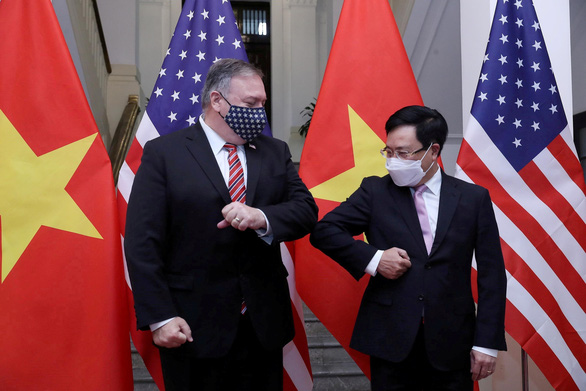 U.S. Secretary of State Mike Pompeo and Vietnam's Deputy Prime Minister and Foreign Minister Pham Binh Minh bump elbows at a reception in Hanoi, October 30, 2020. Photo: VGP News