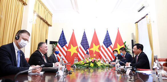U.S. Secretary of State Mike Pompeo (center left) and Vietnam's Deputy Prime Minister and Foreign Minister Pham Binh Minh (first right) talk in Hanoi, October 30, 2020. Photo: VGP News
