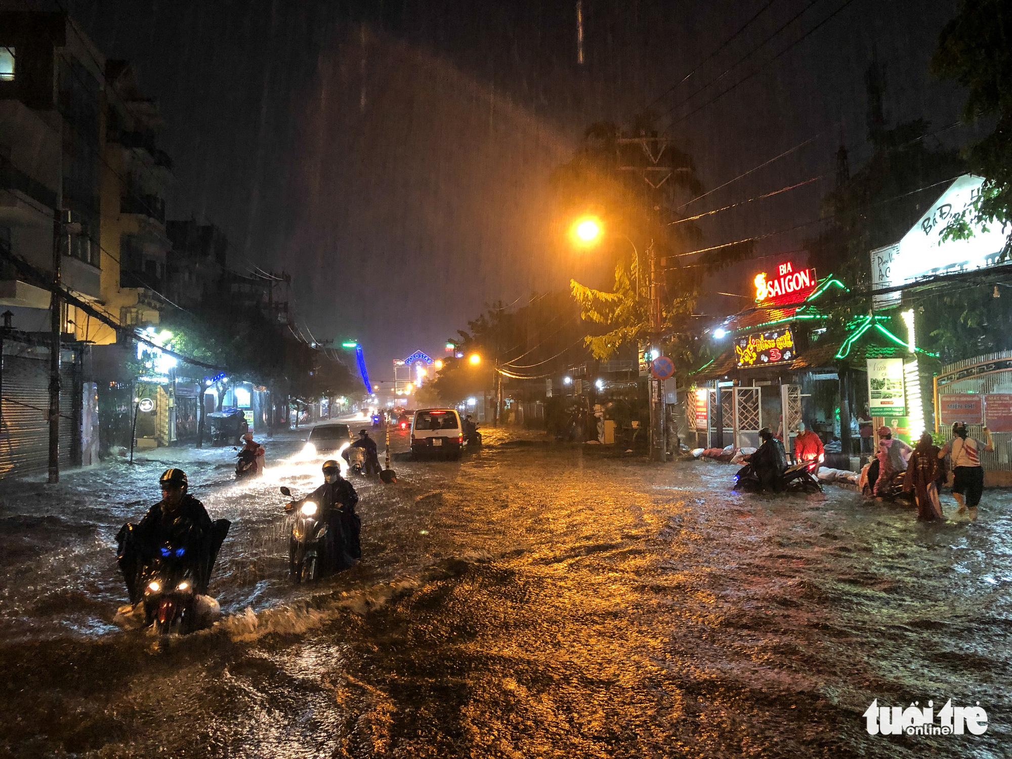 Nguyen Van Khoi Street turns into a river during a heavy rain in Go Vap District in Ho Chi Minh City, October 31, 2020. Photo: Chau Tuan / Tuoi Tre