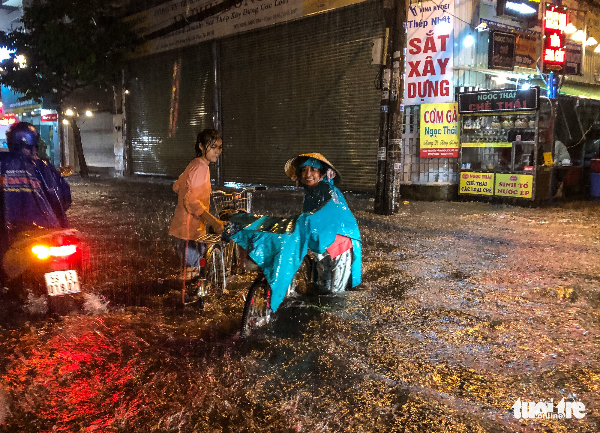 Commuters have a hard time traveling on a flooded street in a heavy downpour in Ho Chi Minh City, October 31, 2020. Photo: Chau Tuan / Tuoi Tre