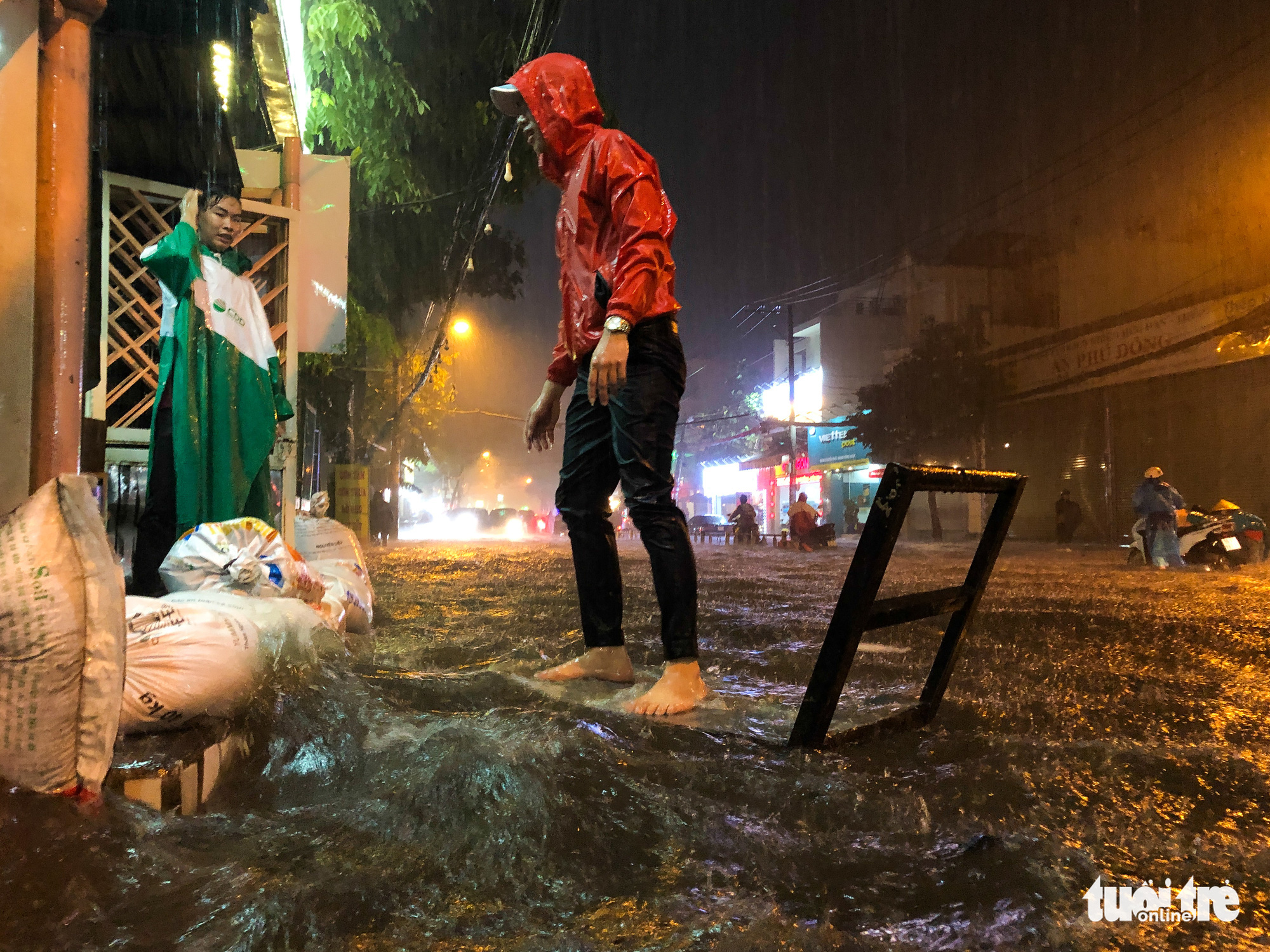 Residents use sandbags to prevent rainwater from pouring into their home in Ho Chi Minh City, October 31, 2020. Photo: Chau Tuan / Tuoi Tre