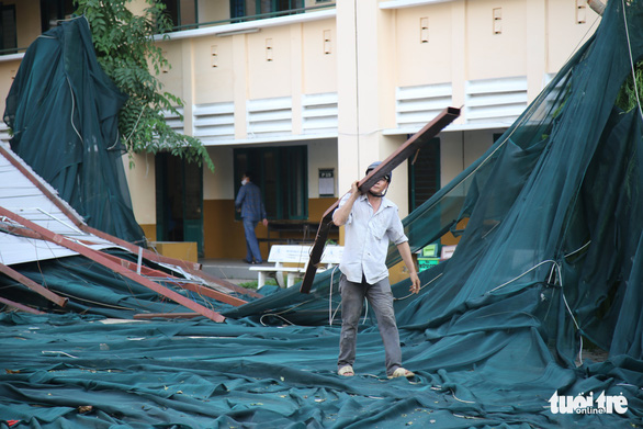Workers clear debris blown off after a whirlwind at Binh Phu Middle School in District 6, Ho Chi Minh City, November 1, 2020. Photo: Ngoc Khai / Tuoi Tre