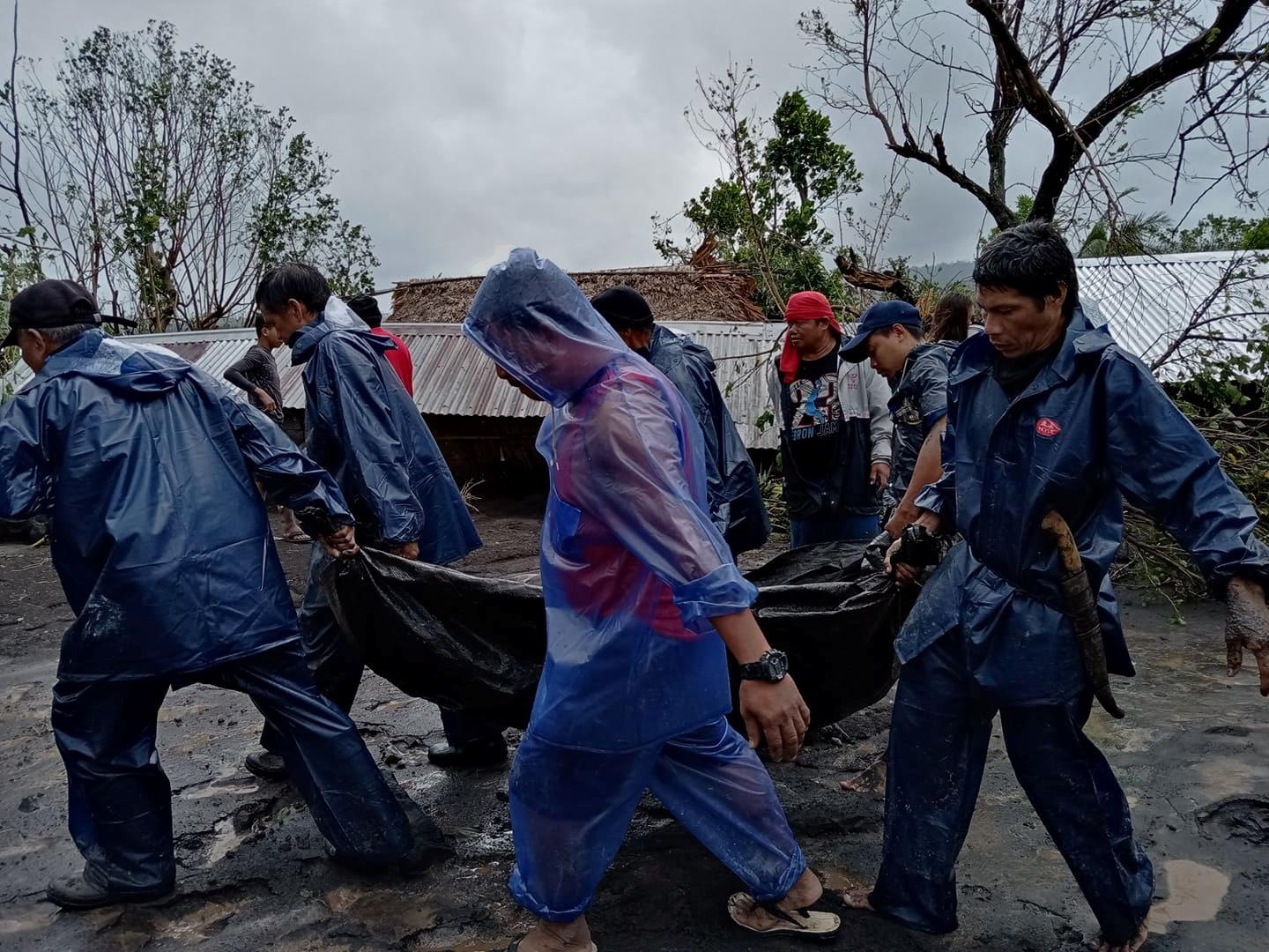 People carry the body of a victim in the aftermath of Typhoon Goni in San Francisco, Guinobatan, Albay province, Philippines November 1, 2020. Photo: Shyneth Occidental Montero via Reuters