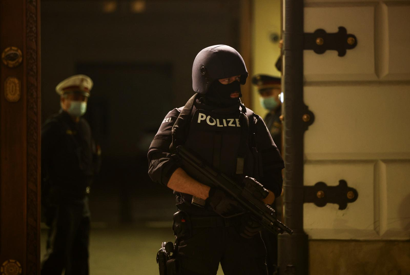 A police officer stands guard in front of the Interior Ministry as a news conference takes place after exchanges of gunfire in Vienna, Austria November 3, 2020. Photo: Reuters