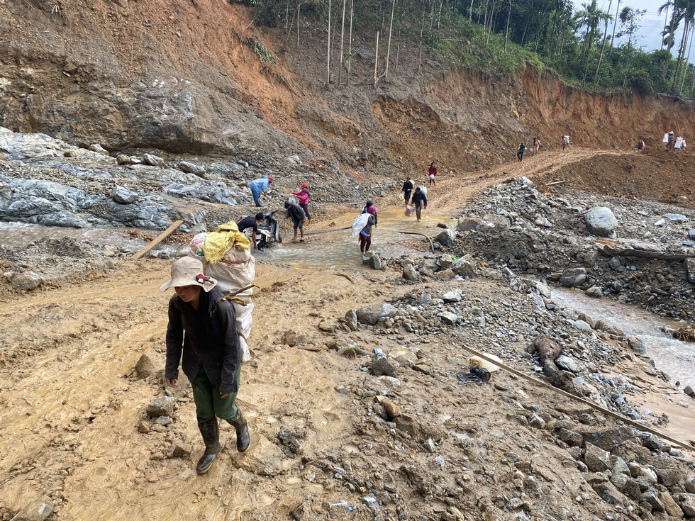 Residents of Tra Leng Commune in Quang Nam Province fetch their belonging to safe spots before Storm Goni arrives. Photo: Le Trung / Tuoi Tre
