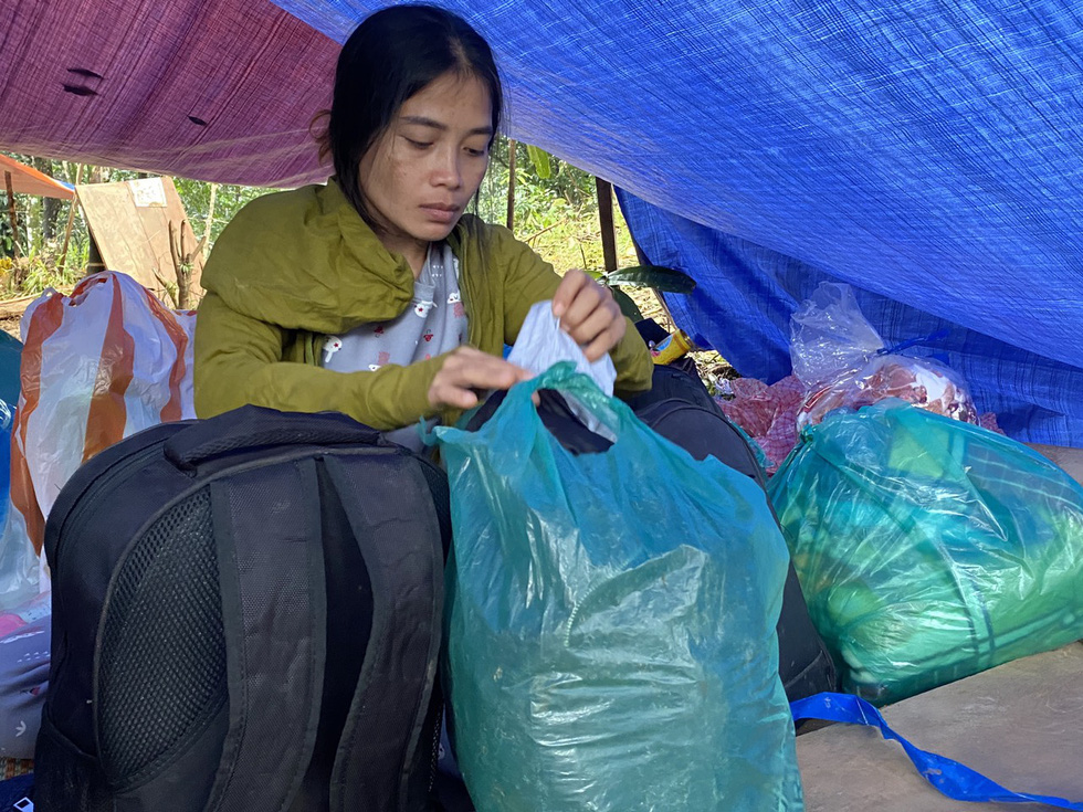 Ho Thi Bong from Tra Leng Commune of Quang Nam Province, whose husband is still missing from the recent landslide, prepares to evacuate to a safe spot. Photo: Le Trung / Tuoi Tre