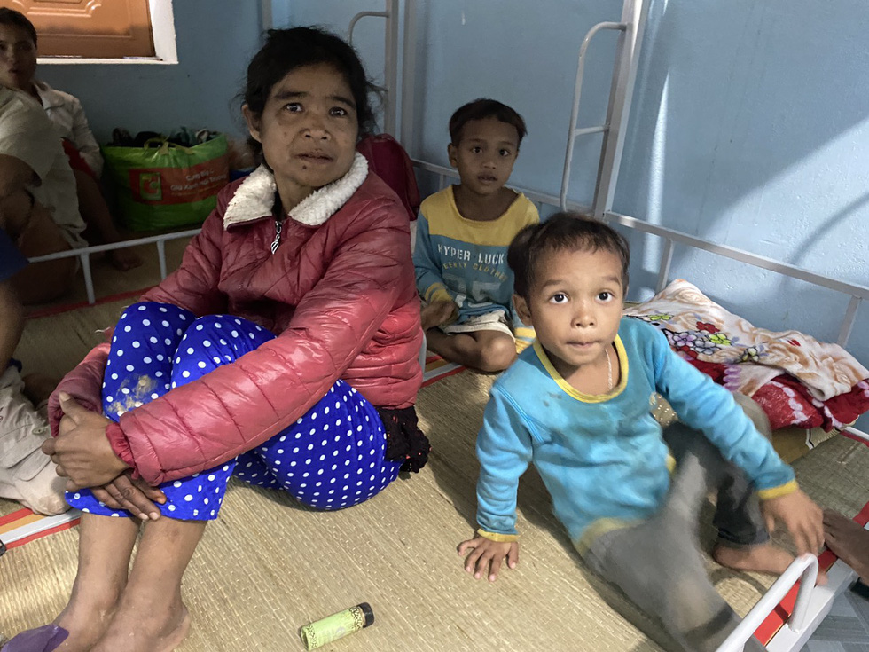 Ho Thi Hien and her family take shelter at a local school of Tra Leng Commune of Quang Nam Province. Photo: Le Trung / Tuoi Tre
