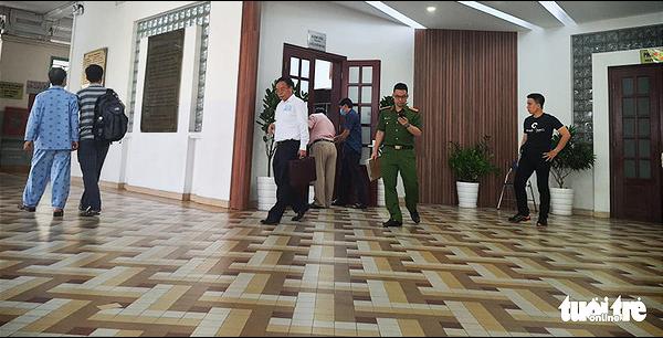 Officers search the Ho Chi Minh City Eye Hospital on November 4, 2020. Photo: Huong Thao / Tuoi Tre