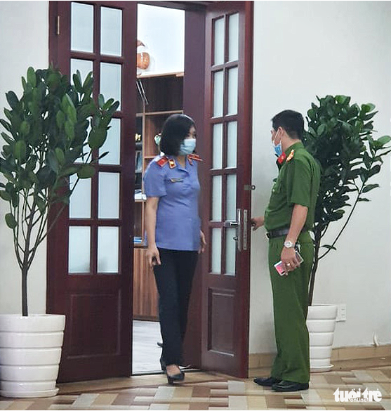 A representative from the Supreme People's Procuracy supervises the search of the Ho Chi Minh City Eye Hospital on November 4, 2020. Photo: Huong Thao / Tuoi Tre