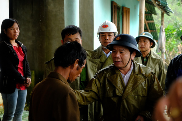 Dang Van Minh, chairman of Quang Ngai Province, speaks with a resident of Cua Village of Quang Ngai Province. Photo: Tran Mai / Tuoi Tre