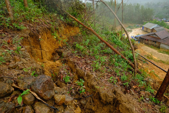 Cracks in the mountain at Cua Village of Quang Ngai Province. Photo: Tran Mai / Tuoi Tre