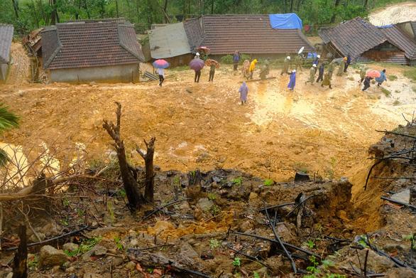 Officials cordon off the landslide scene at Cua Village of Quang Ngai Province. Photo: Tran Mai / Tuoi Tre