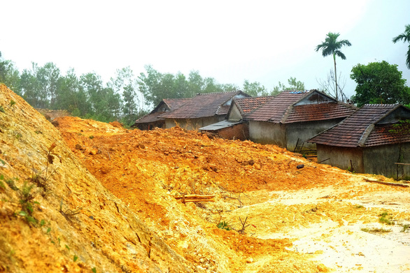 The landslide approaches Cua Village of Quang Ngai Province. Photo: Tran Mai / Tuoi Tre