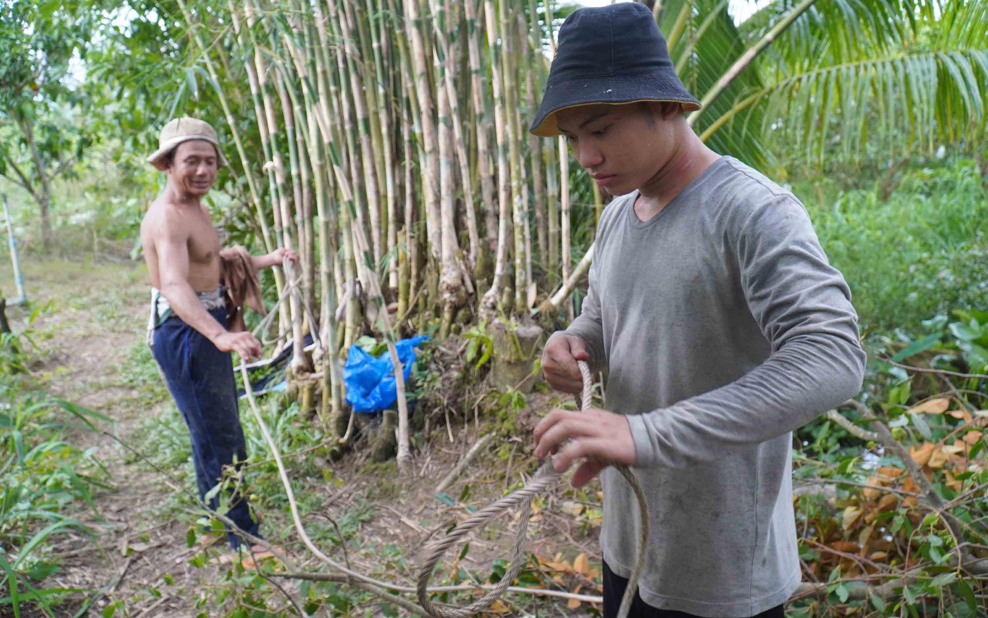 Pham Thanh Tung's son helps him prepare for the job. Photo: Mau Truong / Tuoi Tre