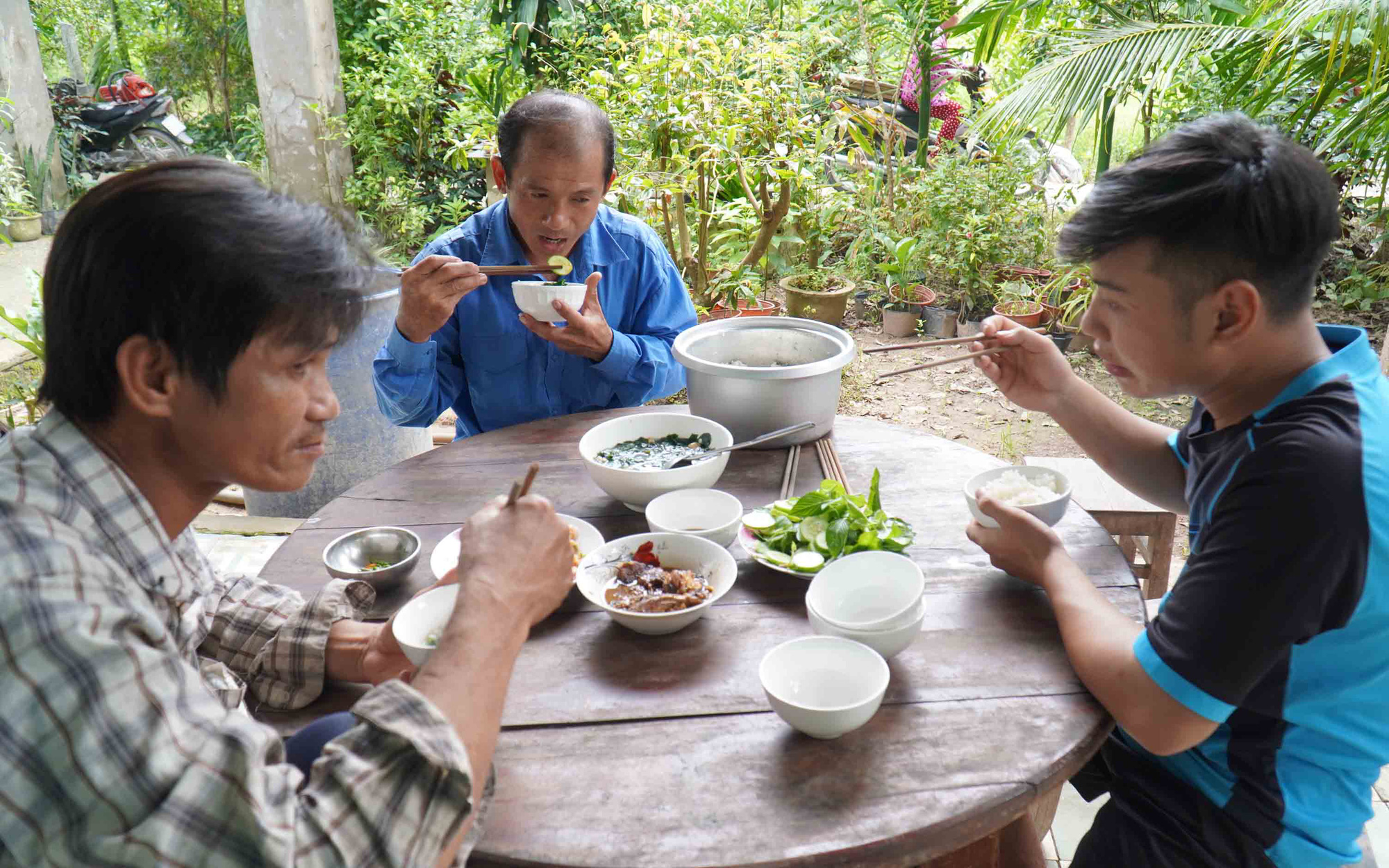Pham Thanh Tung (C) is picture during a meal with his teammates. Photo: Mau Truong / Tuoi Tre