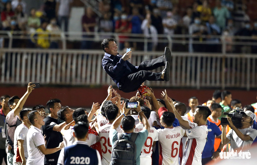Viettel FC players throw their coach Truong Viet Hoang in the air to celebrate their V-League 1 championship after beating Saigon FC 1-0 in the final game of the season at Thong Nhat Stadium in Ho Chi Minh City, November 8, 2020. Photo: Nguyen Khoi / Tuoi Tre