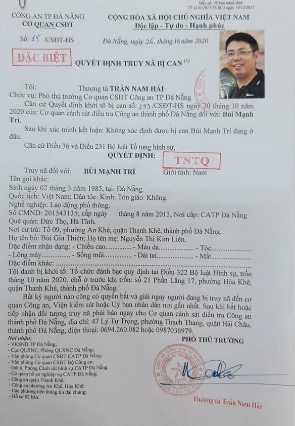 A decision to initiate a manhunt for Bui Manh Tri, leader of a VND10 trillion (US$429 million) gambling ring, is signed by a police official in Da Nang City, Vietnam. Photo: D.C. / Tuoi Tre