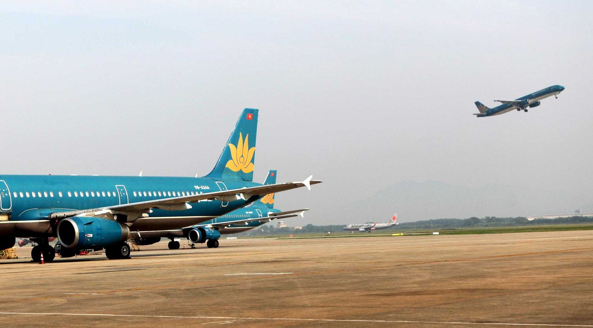 Plane has navigation light broken by bird at Hanoi airport