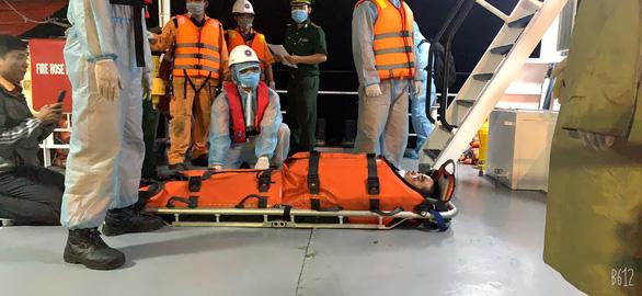Vietnamese rescuers tend to a Panamanian vessel's injured crew member, November 10, 2020. Photo: Xuan Binh / Tuoi Tre