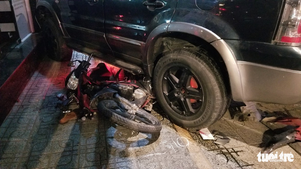 The scene where a car crashed into three motorbikes in Go Vap District, Ho Chi Minh City, November 10, 2020. Photo: Chau Tuan / Tuoi Tre