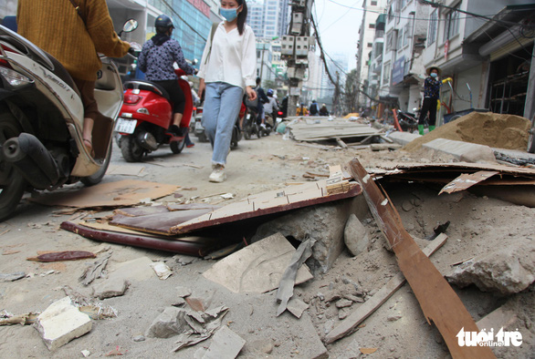 Construction materials sprawl across Vu Trong Phung Street in Thanh Xuan District, Hanoi, November 12, 2020. Photo: Hong Quan / Tuoi Tre