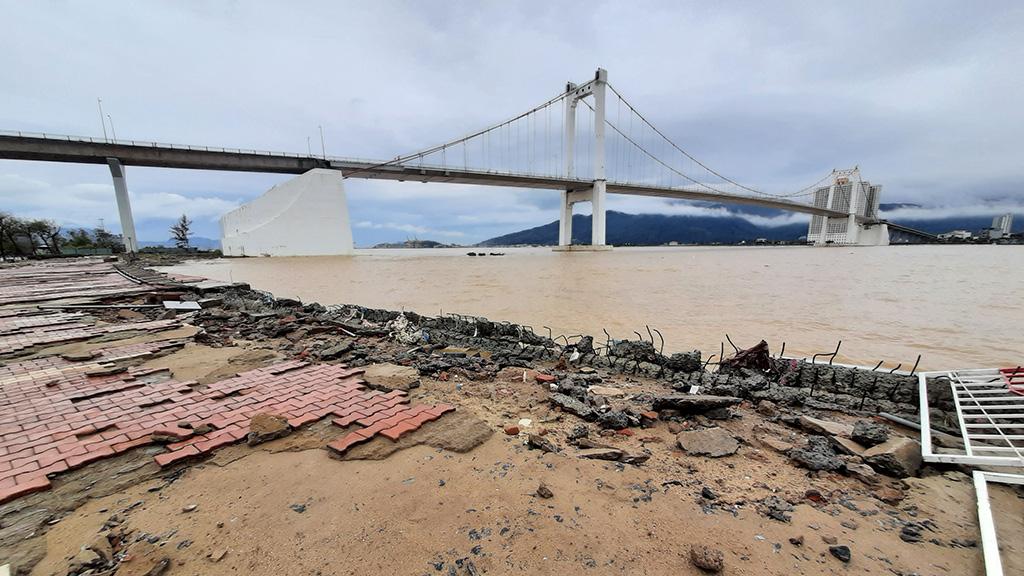 A river bank is damaged in Da Nang City, Vietnam, November 15, 2020. Photo: Dinh The Anh / Tuoi Tre