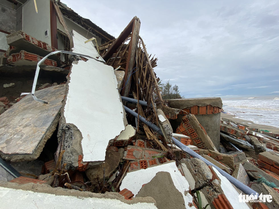 Villas, restaurants along Hoi An seashore ravaged after Storm Vamco landfall