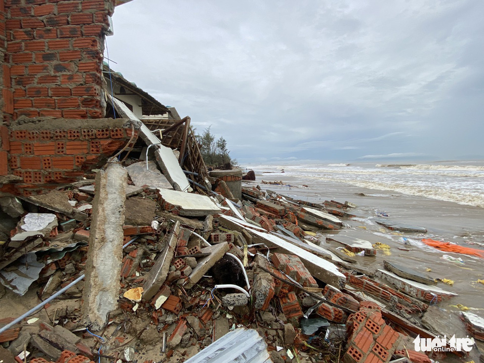 Debris is seen on the beach of Hoi An City after Storm Vamco landfall. Photo: Le Trung / Tuoi Tre