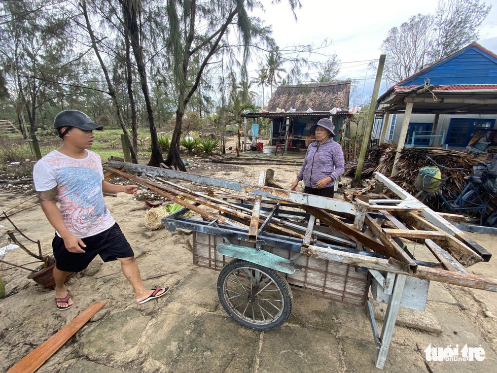 Staffers of a restaurant on the beach of Hoi An City cleans up the debris after Storm Vamco landfall. Photo: Le Trung / Tuoi Tre