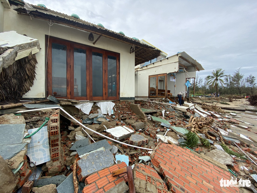 The foundation of Bungalow Sea View in Hoi An City is exposed after Storm Vamco landfall. Photo: Le Trung / Tuoi Tre