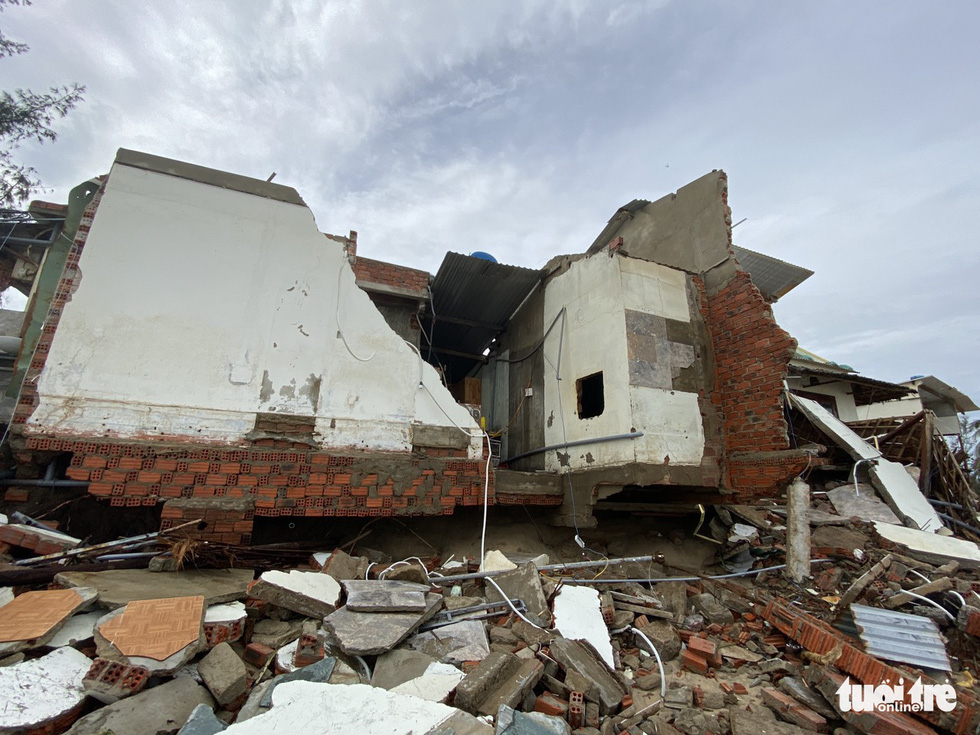 A residential house on the shore of Hoi An City is shattered. Photo: Le Trung / Tuoi Tre