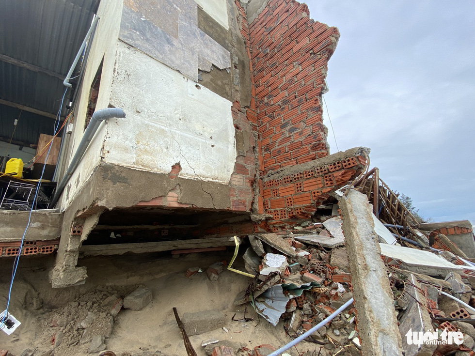 The foundation of a residential house on the shore of Hoi An City is exposed. Photo: Le Trung / Tuoi Tre