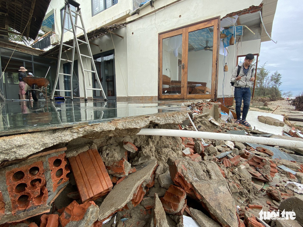 A villa in Hoi An City is shattered after Storm Vamco landfall. Photo: Le Trung / Tuoi Tre