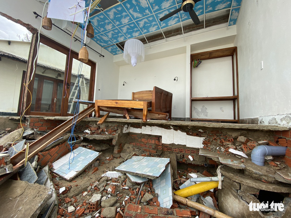 A guest room in a villa of Hoi An City is torn apart after Storm Vamco landfall. Photo: Le Trung / Tuoi Tre