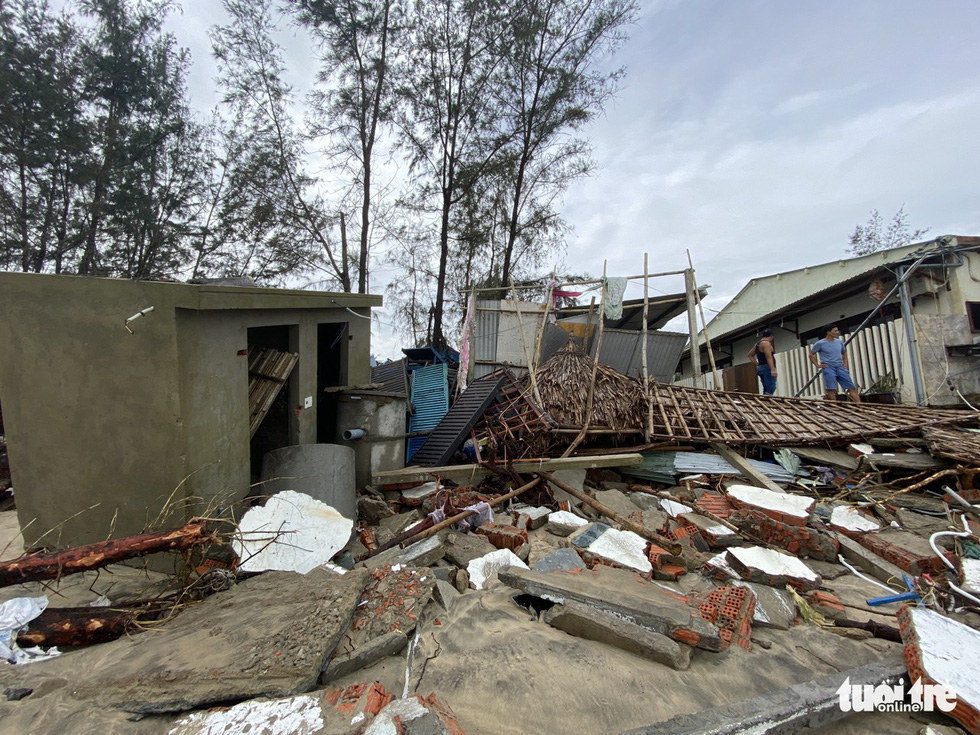 A restaurant is shattered after storm Vamco landfall. Photo: Le Trung / Tuoi Tre