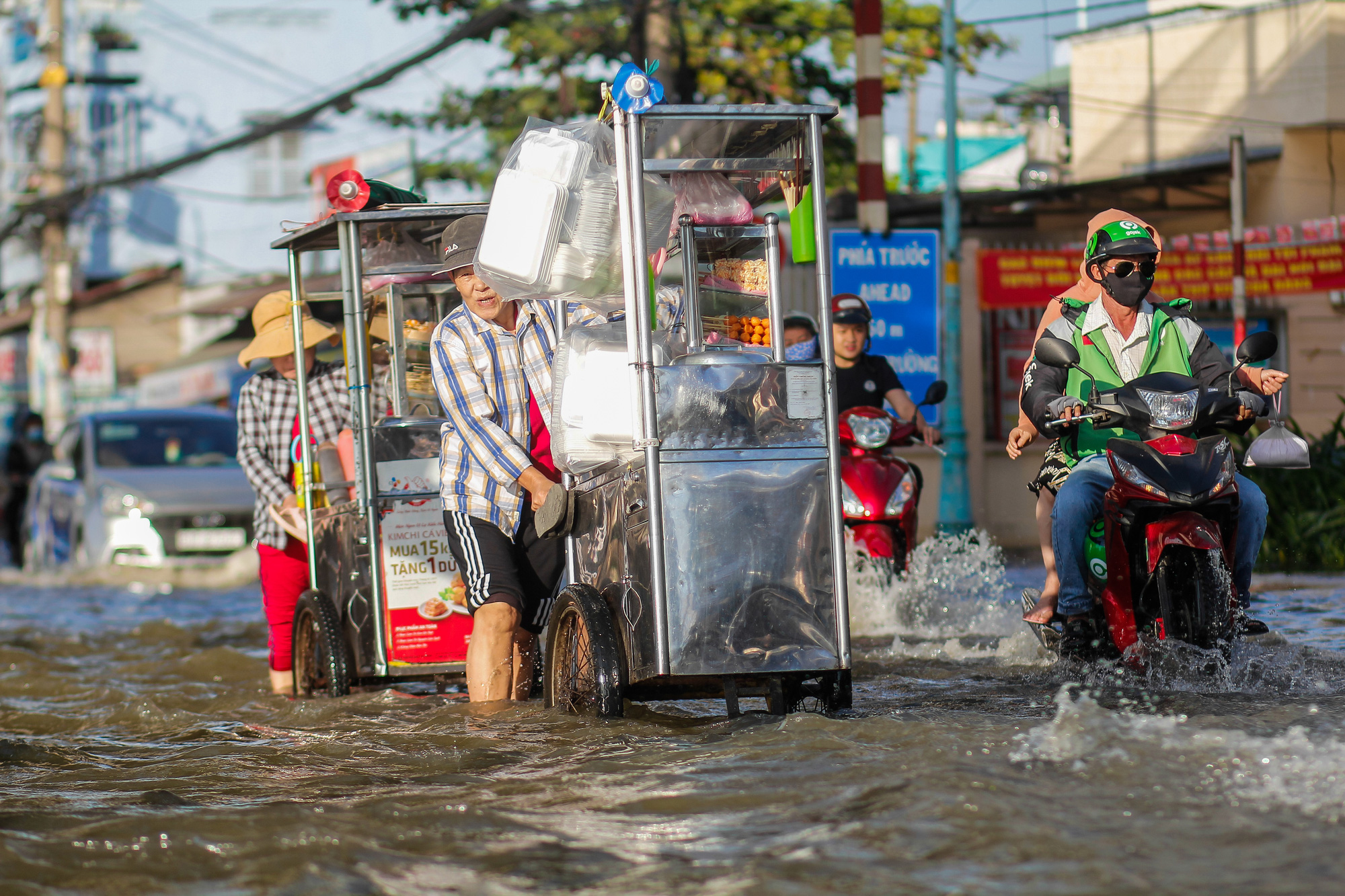 People travel on flooded Tran Xuan Soan Street in District 7, Ho Chi Minh City, November 15, 2020. Photo: Chau Tuan / Tuoi Tre