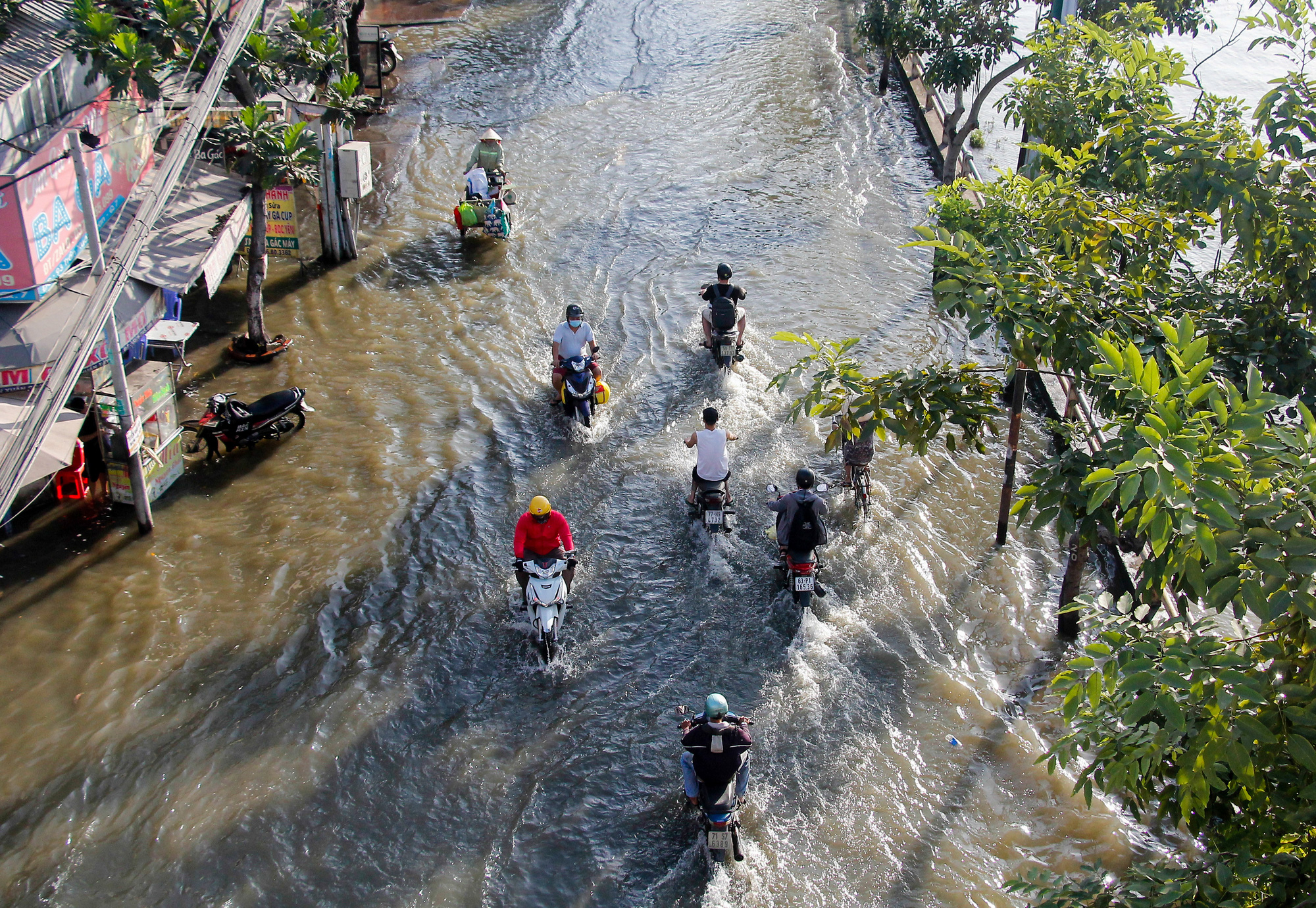 Tran Xuan Soan Street in District 7, Ho Chi Minh City is already inundated at 4:00 pm on November 15, 2020. Photo: Chau Tuan / Tuoi Tre