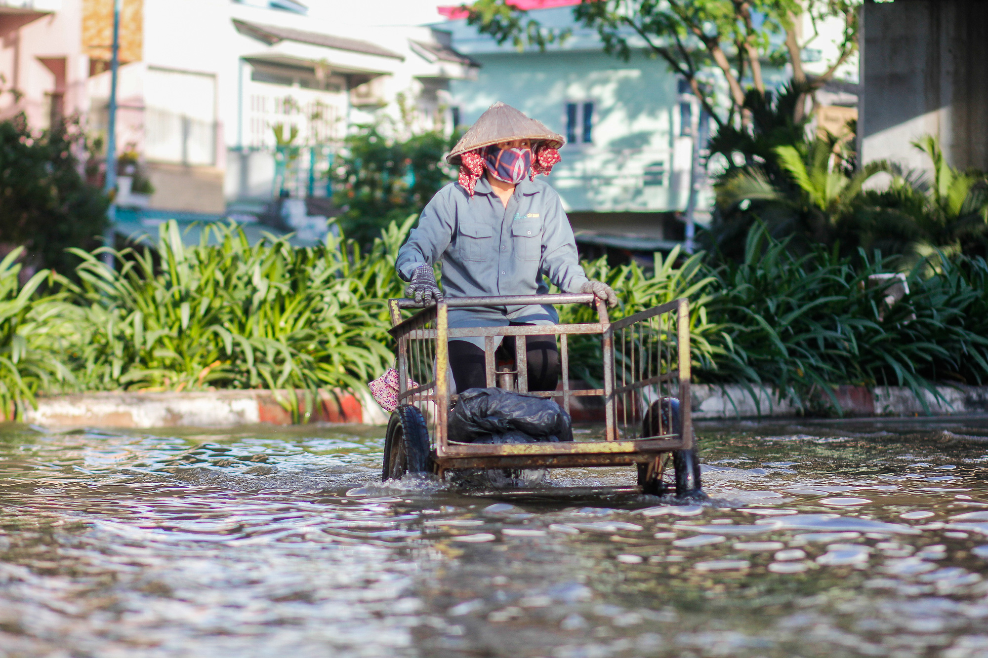 A resident travels on flooded Tran Xuan Soan Street in District 7, Ho Chi Minh City, November 15, 2020. Photo: Chau Tuan / Tuoi Tre