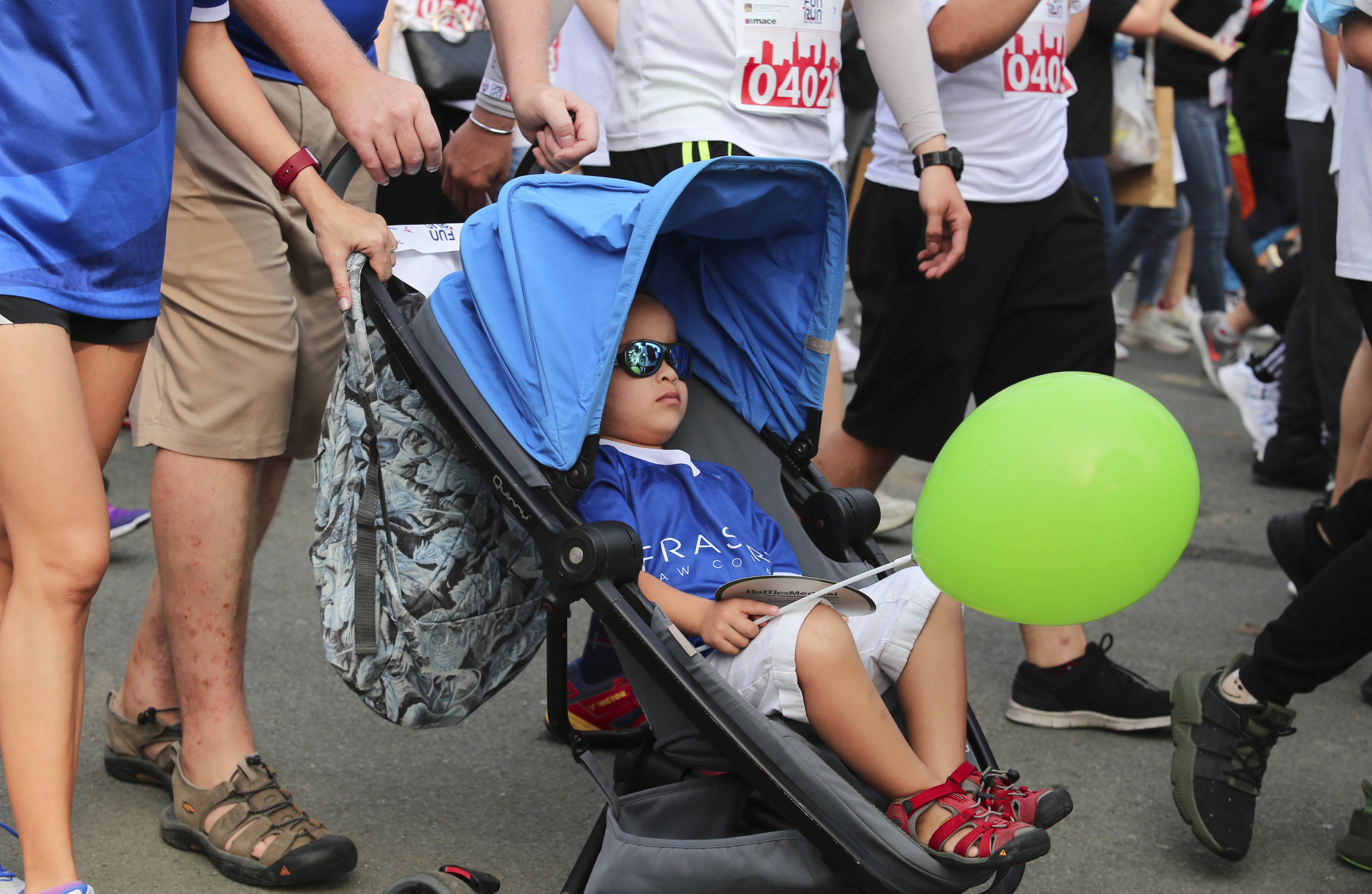 Parents bring their children to the 20th BritCham Charity Fun Run in Ho Chi Minh City on November 15,2020. Photo: Duc Khue/ Tuoi Tre