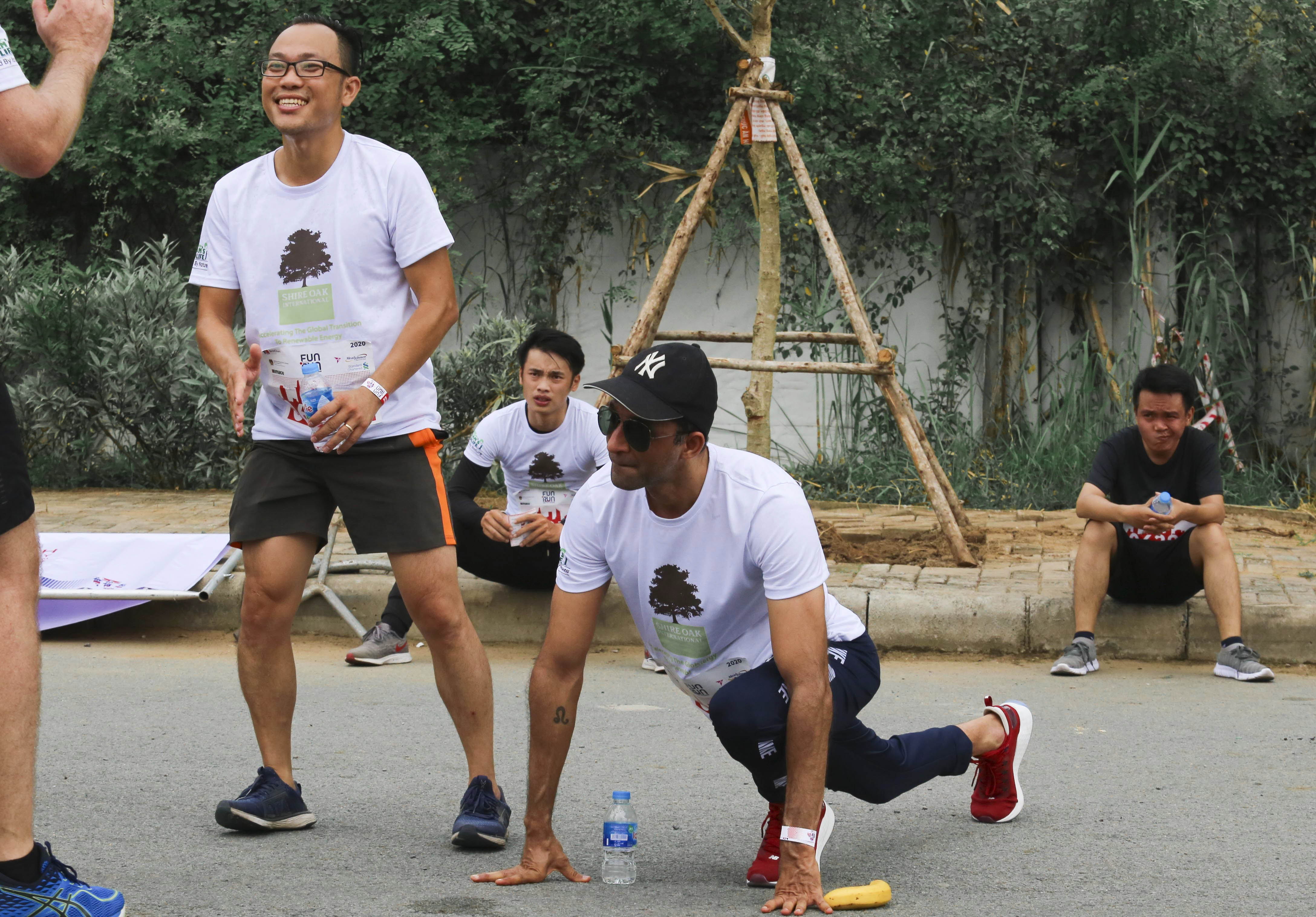 Participants relax their muscles after finished the race at the 20th BritCham Charity Fun Run in Ho Chi Minh City on November 15,2020. Photo: Duc Khue/ Tuoi Tre