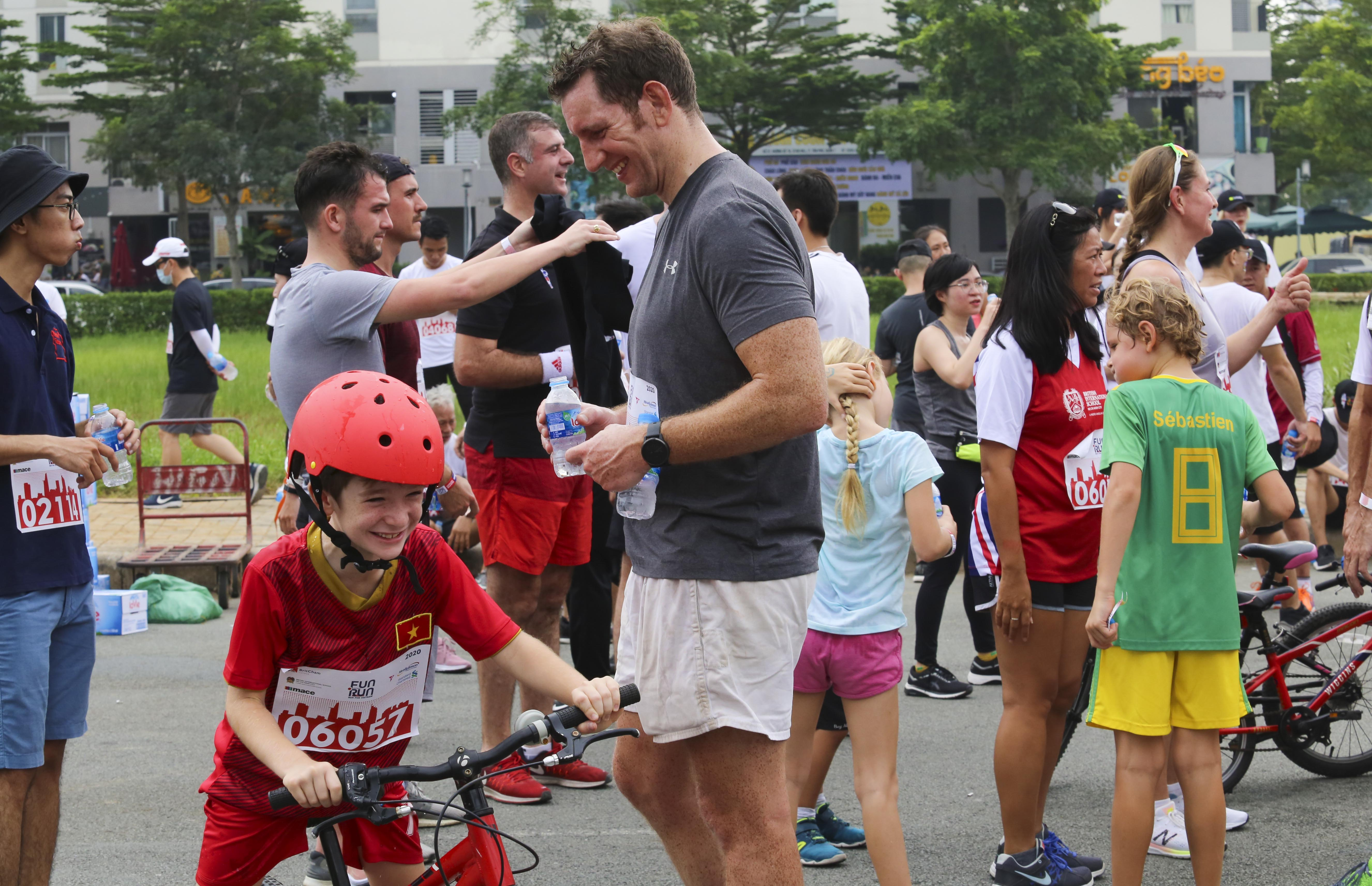 A father and son having fun at the 20th BritCham Charity Fun Run in Ho Chi Minh City on November 15,2020. Photo: Duc Khue/ Tuoi Tre