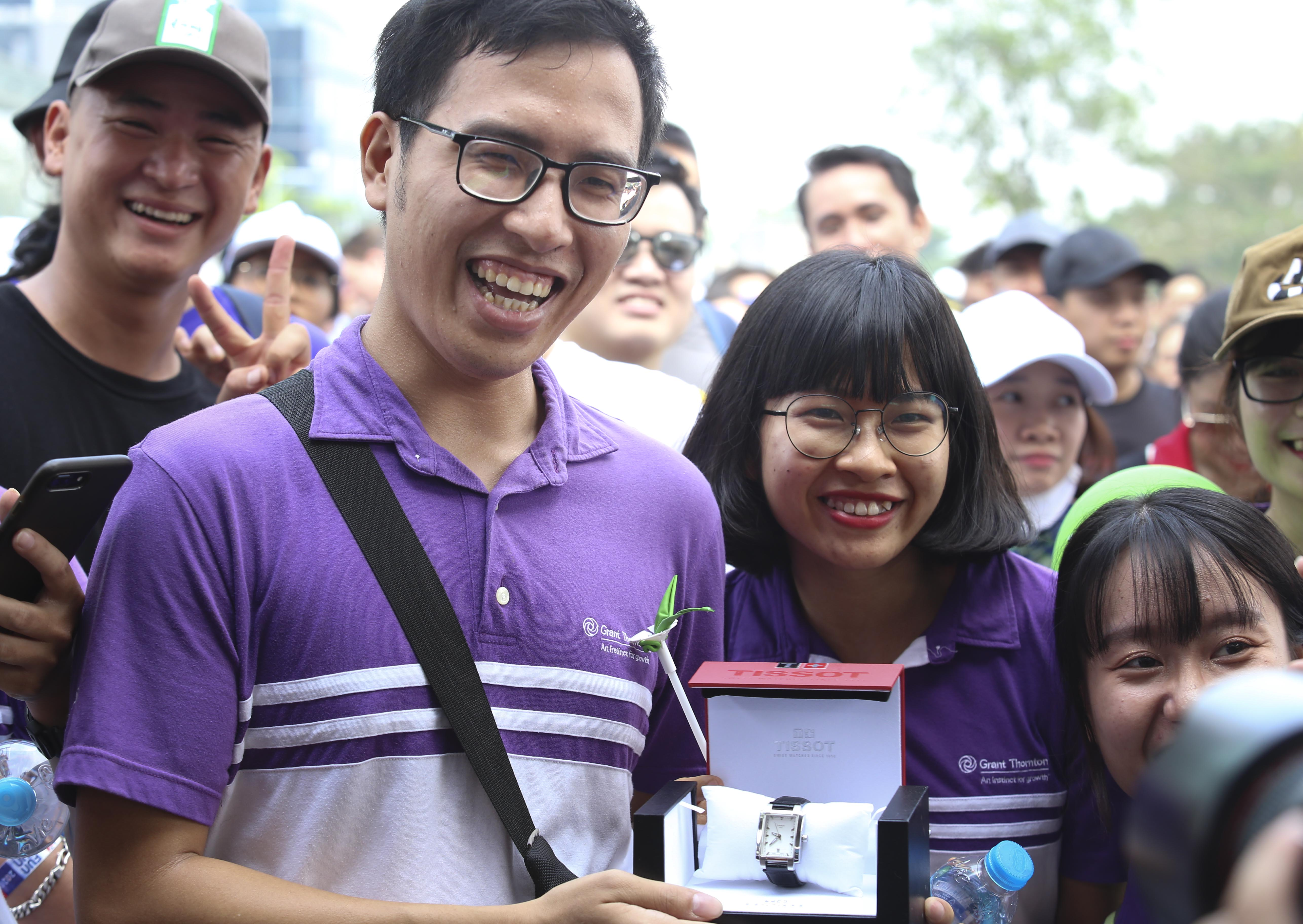 One of the fortunate participants winning lucky draw prizes at the 20th BritCham Charity Fun Run in Ho Chi Minh City on November 15,2020. Photo: Duc Khue/ Tuoi Tre
