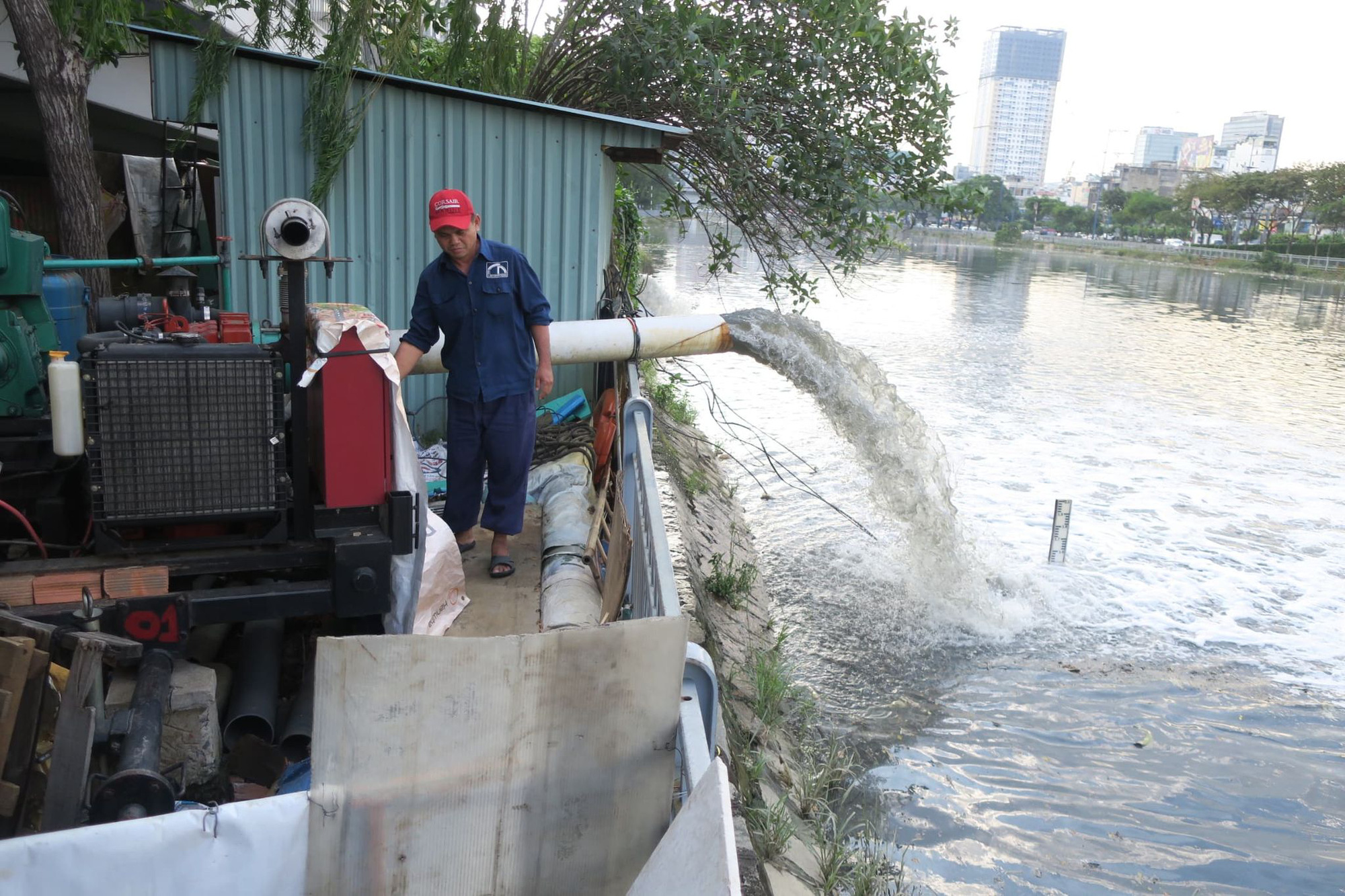 A worker operates a water pump to alleviate flooding in District 4, Ho Chi Minh City, November 16, 2020. Photo: T.T.D. / Tuoi Tre