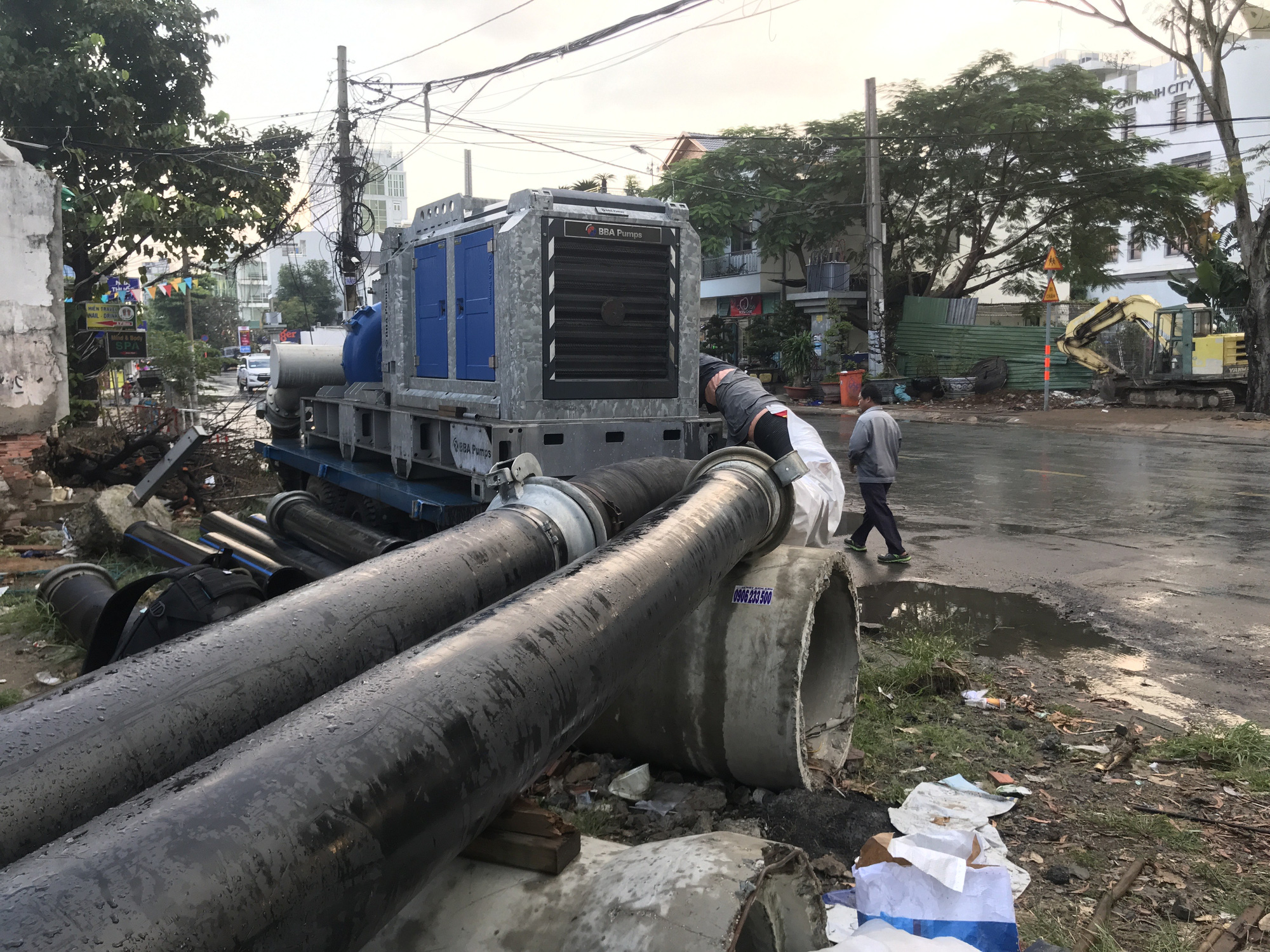 A high-capacity machine is used to pump tidal water back into the river in District 2, Ho Chi Minh City, November 16, 2020. Photo: Le Phan / Tuoi Tre