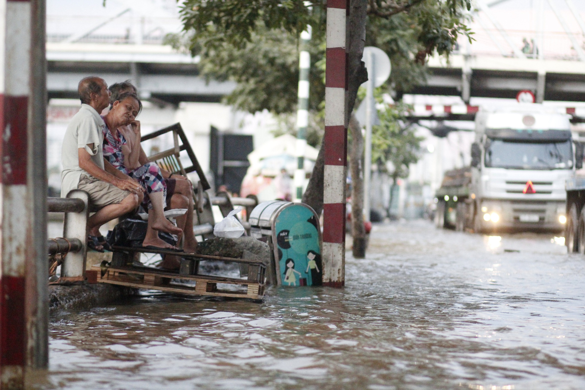 Local residents are pictured on an inundated street in Ho Chi Minh City, November 16, 2020. Photo: Chau Tuan / Tuoi Tre